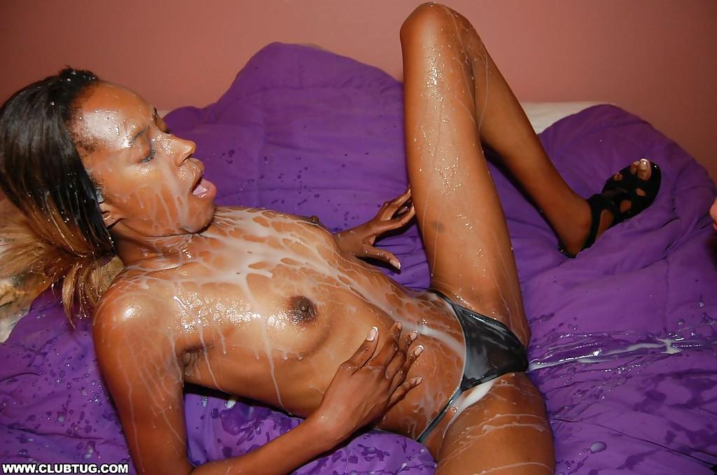 Худенькая негритянка дрочит и сосет белый член секс фото и порно фото