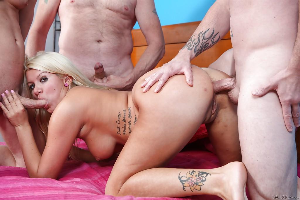Трое парней жарят татуированную блондинку во все отверстия секс фото и порно фото