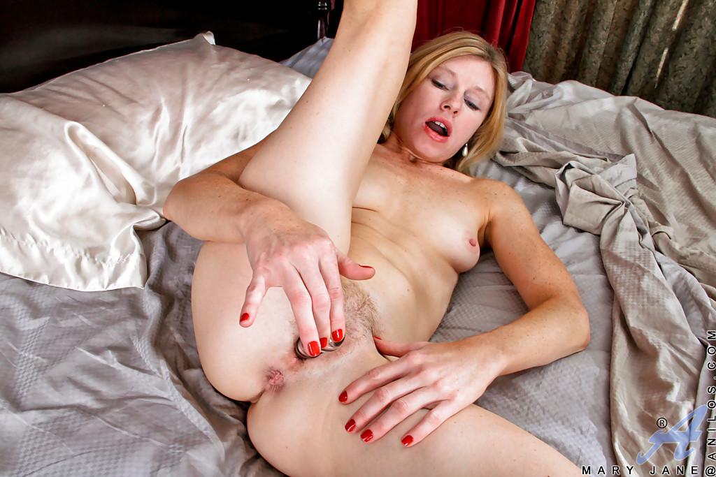 Зрелая дамочка трахает волосатую пилотку стеклянным дилдо секс фото и порно фото