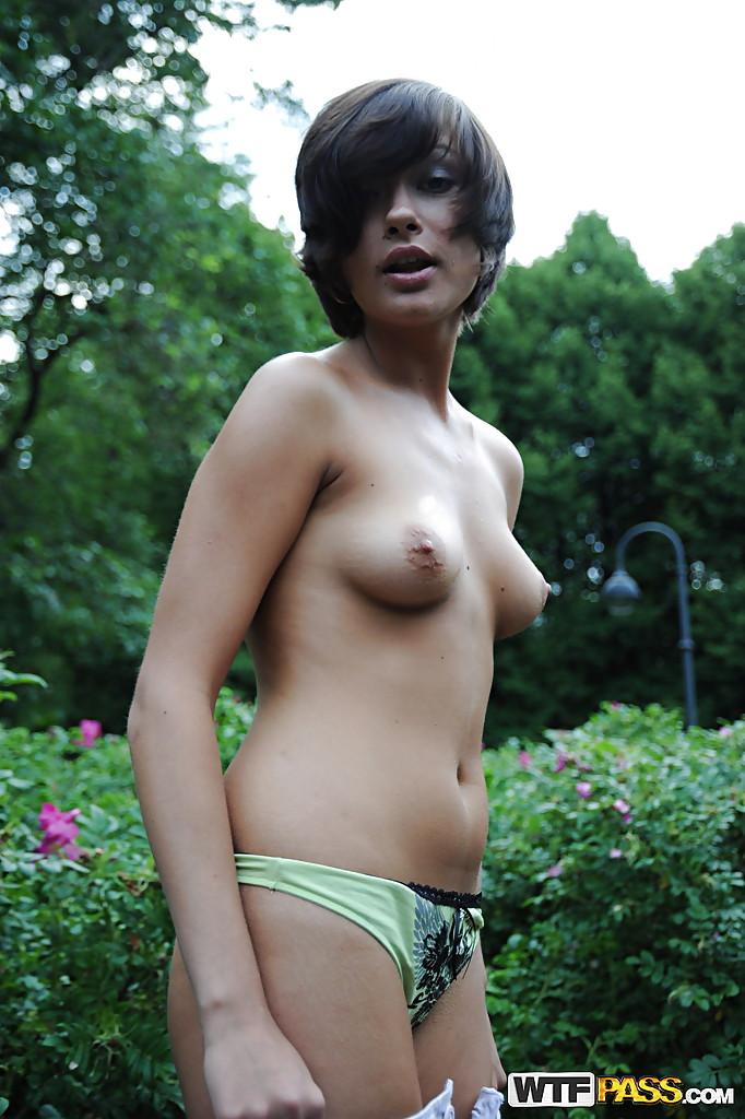 Молодая телка переодевается в городском парке секс фото и порно фото
