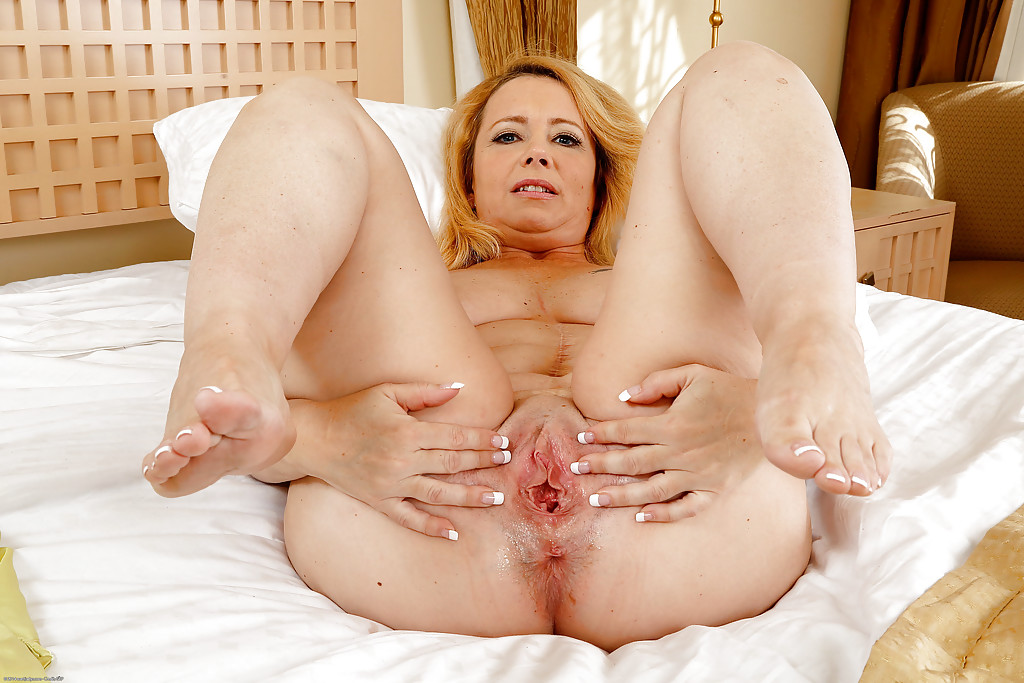 Зрелая блондинка снимает ночнушку и демонстрирует разъёбанную вагину секс фото и порно фото