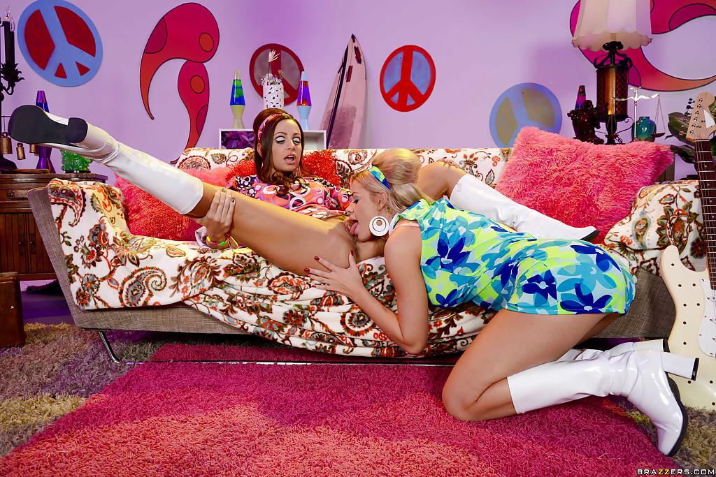 Грудастые лесбиянки в ретро нарядах трахаются на диване секс фото и порно фото