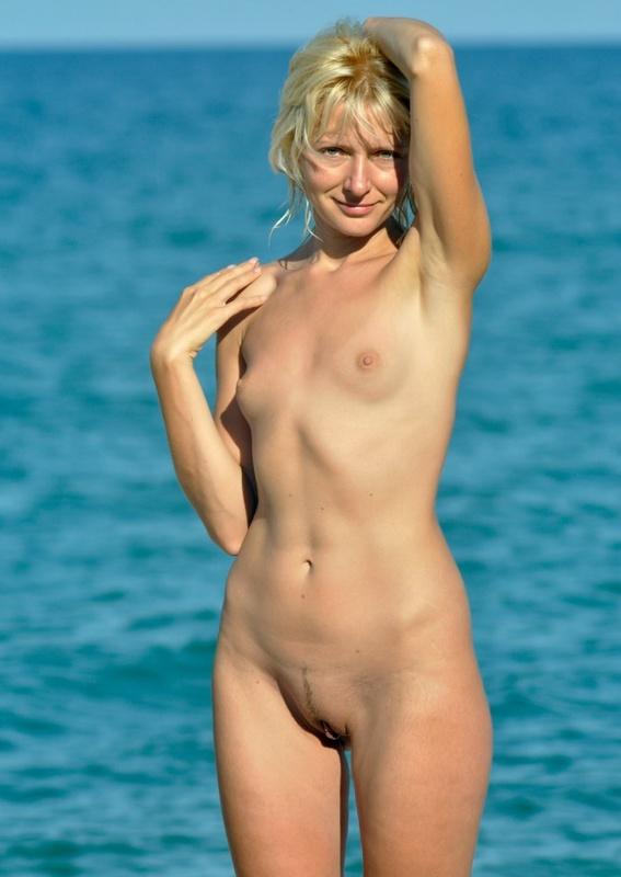 Любительская эро сессия плоскогрудой блондинки на природе секс фото и порно фото