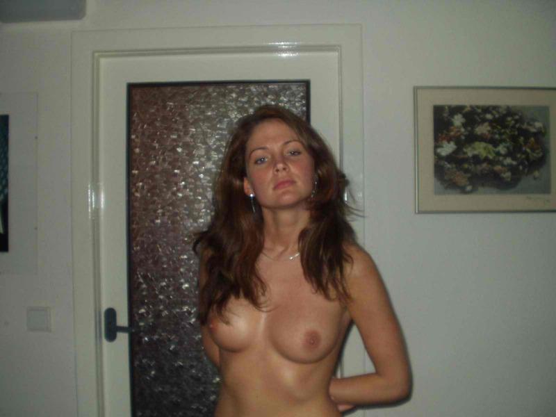 Сосед уговорил стройную мамку полностью раздеться секс фото и порно фото