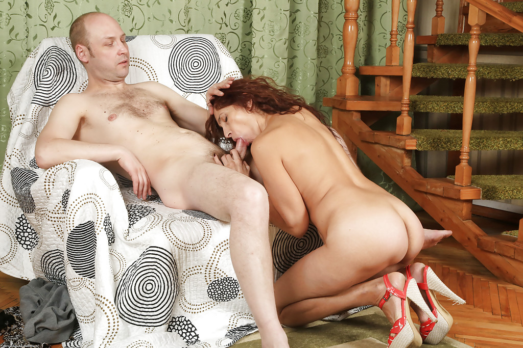 Мужик трахает в рот зрелую сучку на кресле секс фото и порно фото