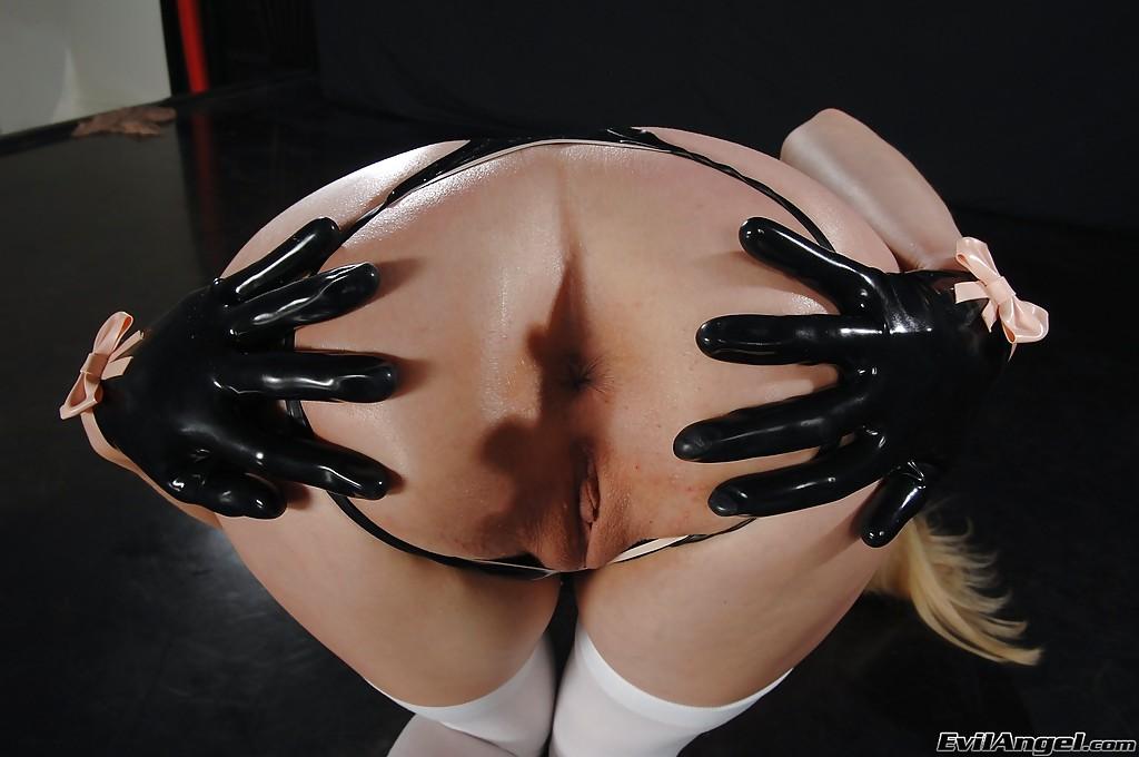 Блондинка в латексном боди и чулках демонстрирует бритую пилотку секс фото и порно фото
