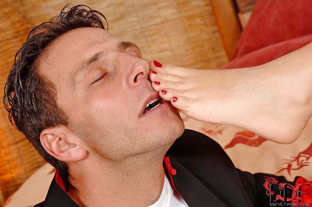 Сексуальная каратистка дрочит ногами и сосёт член Сенсея секс фото и порно фото