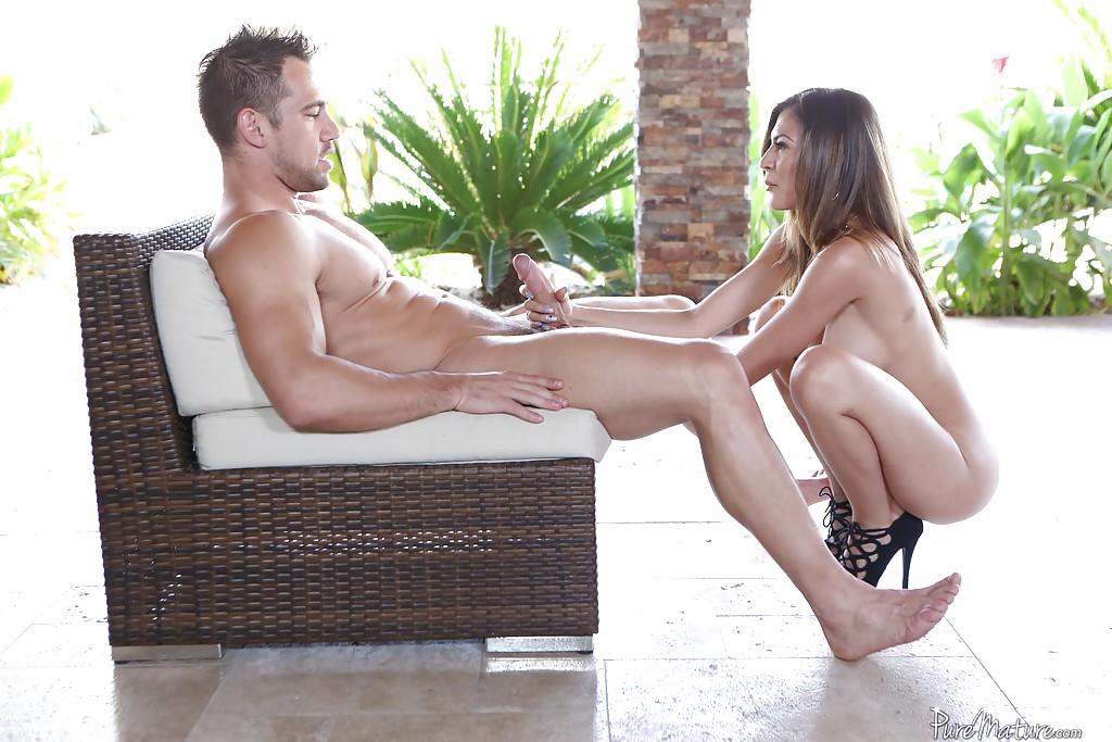 Страстный секс небритого мужика с голой нимфоманкой секс фото и порно фото