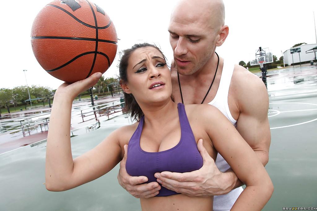 Лысый мужик трахает в раздевалке 30летнюю баскетболистку секс фото и порно фото