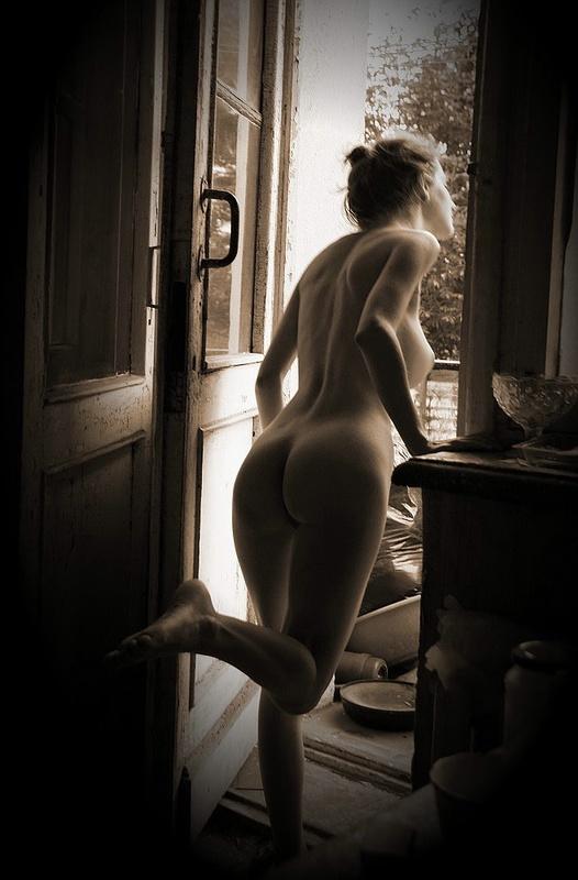 Подборка чёрно-белых снимков голой красотки с волосатой киской секс фото и порно фото
