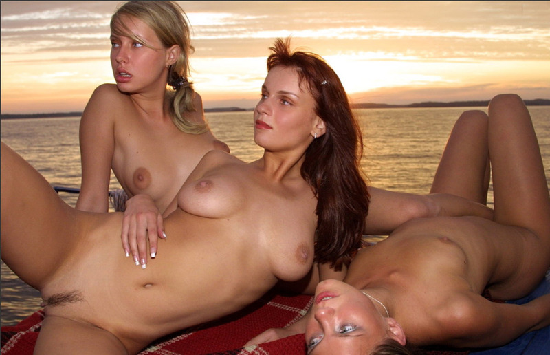 Три красавицы из России встречают закат голышом на яхте секс фото и порно фото