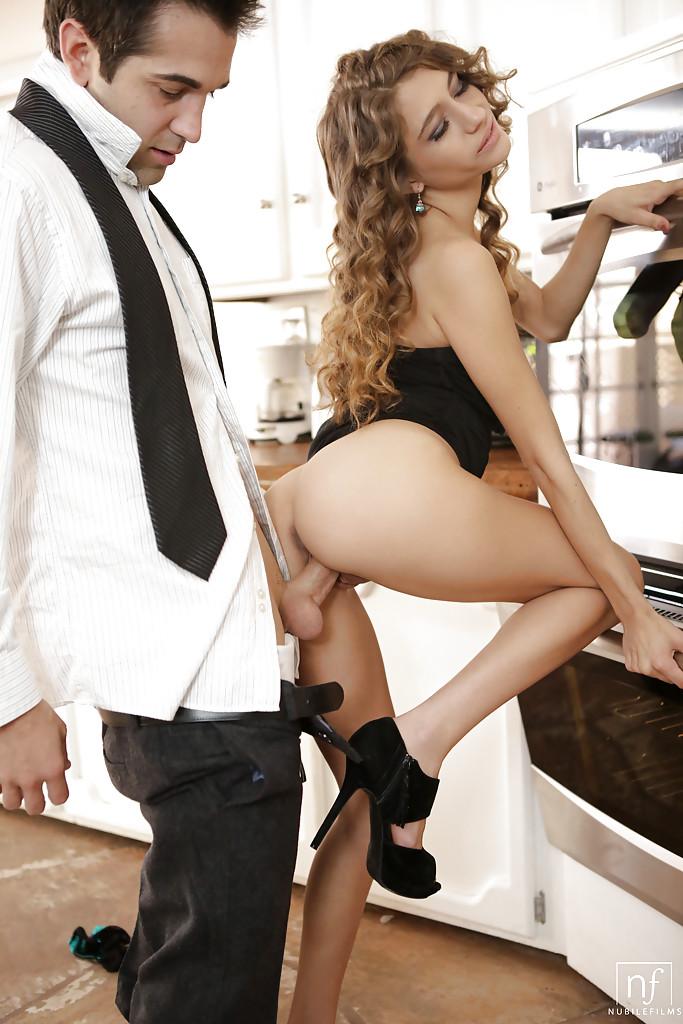 Ёбарь шпилит Rebel Lynn на кухонном столе секс фото и порно фото