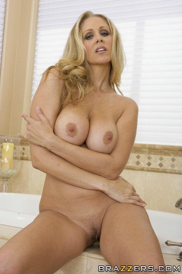 47-летняя Julia Ann мастурбирует голышом в ванной секс фото и порно фото