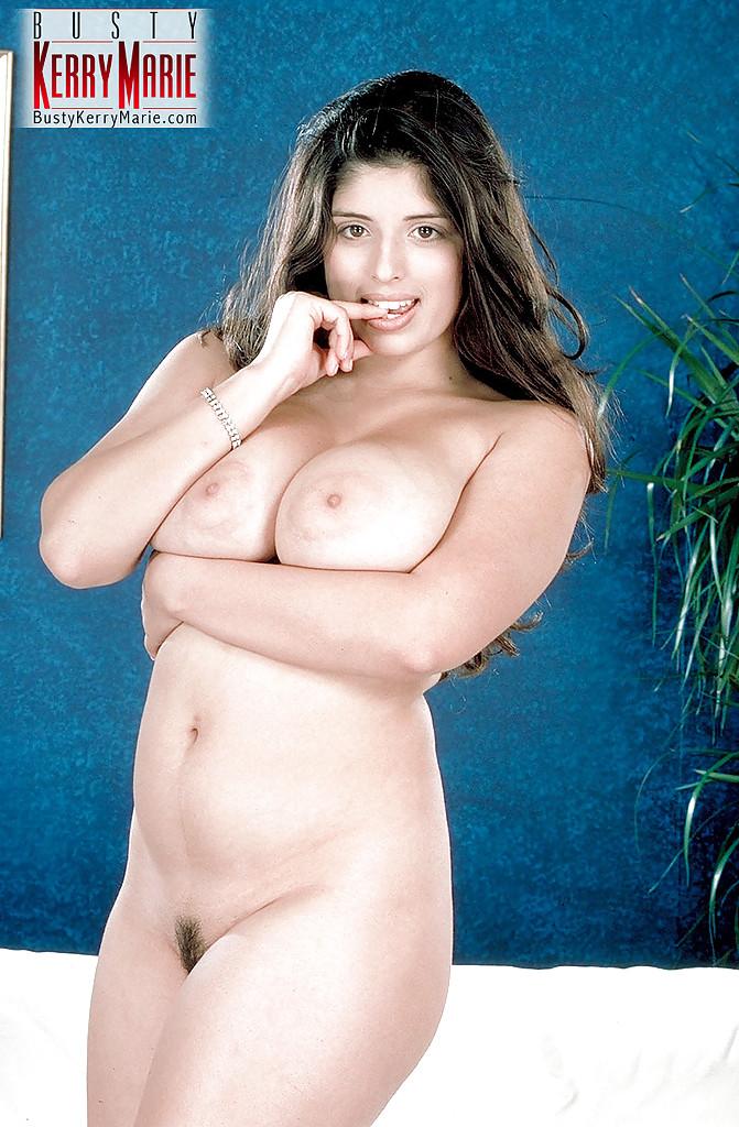 Пышная британка с большим бюстом разделась на диване секс фото и порно фото