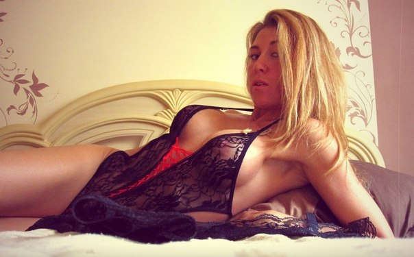 Голые девушки хвастаются кисками и сосут на камеру секс фото и порно фото