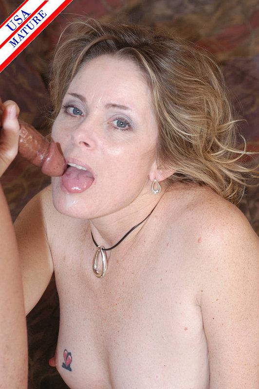 Мамочка с тату на правой сиське сосёт партнёру секс фото и порно фото