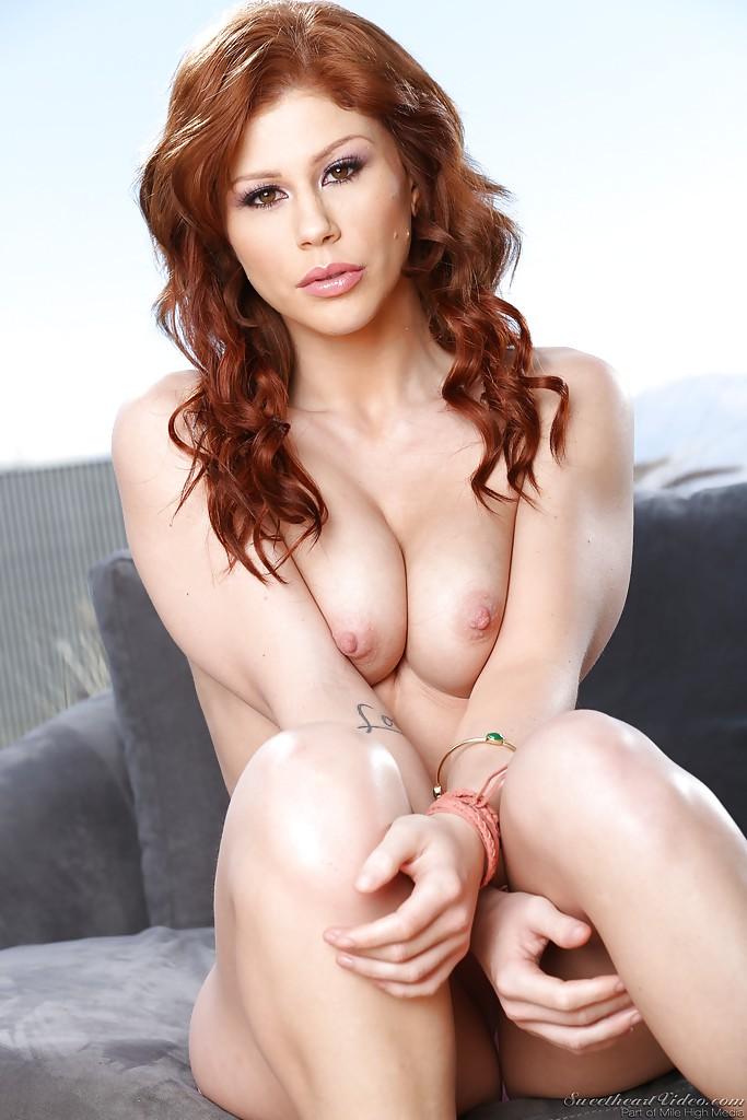 Рыжеволосая Maddy OReilly снимает красное платье и бельё секс фото и порно фото