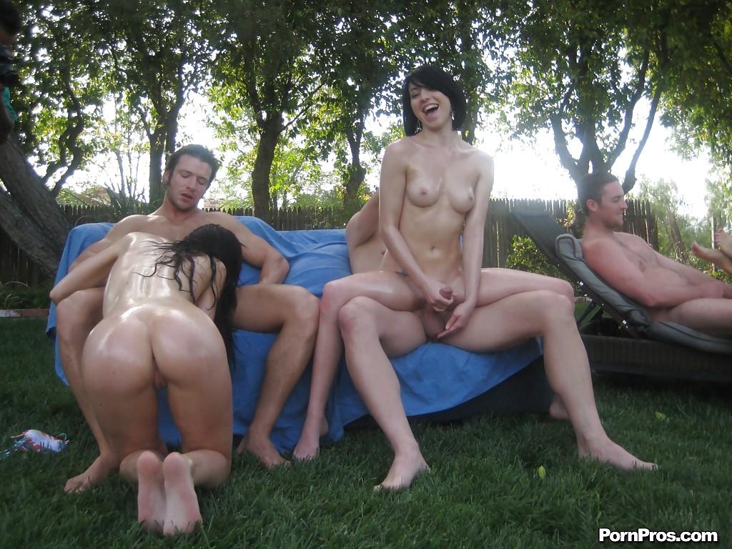 Kendall Karson с подругами устроили оргию на свежем воздухе секс фото и порно фото