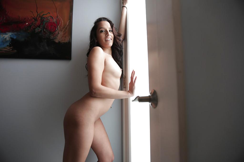 Латинка Nicki Ortega раздевается в ванной и коридоре секс фото и порно фото