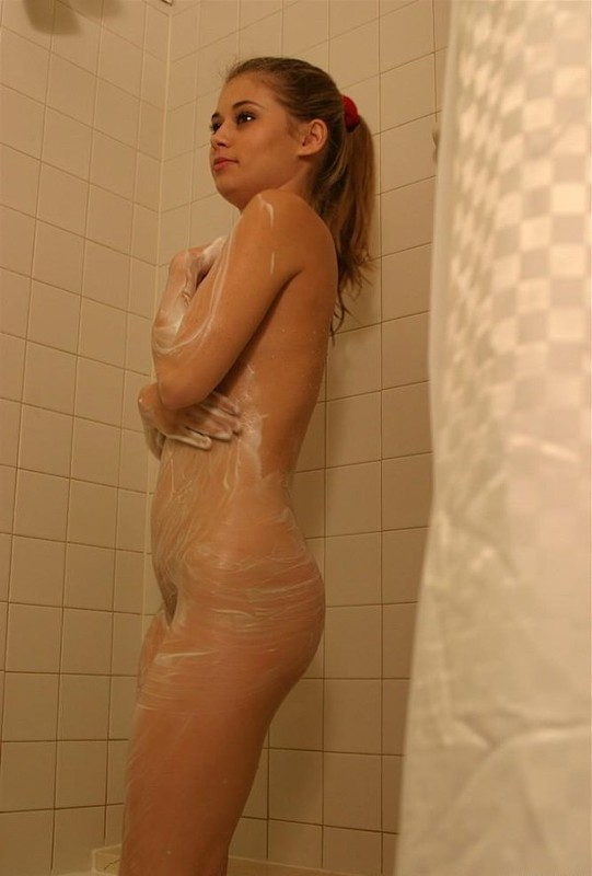 Стройная сучка намыливается в ванной секс фото и порно фото