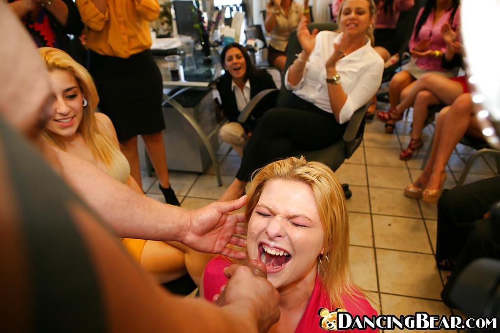 Стриптизеры с большими членами поливают спермой минетчиц на девичнике секс фото и порно фото