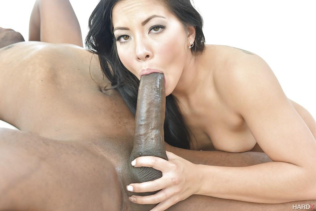 Азиатка Morgan Lee отсасывает огромный член негра секс фото и порно фото