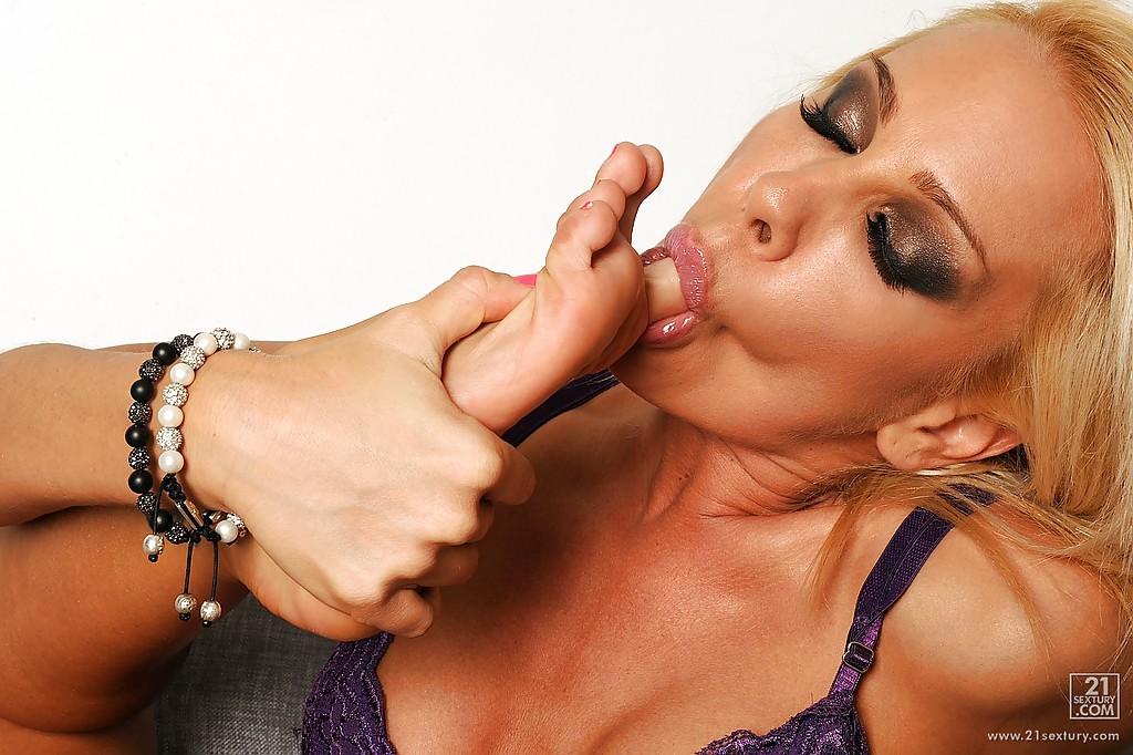 Сексуальная блондинка дрочит ножками большой дилдо секс фото и порно фото