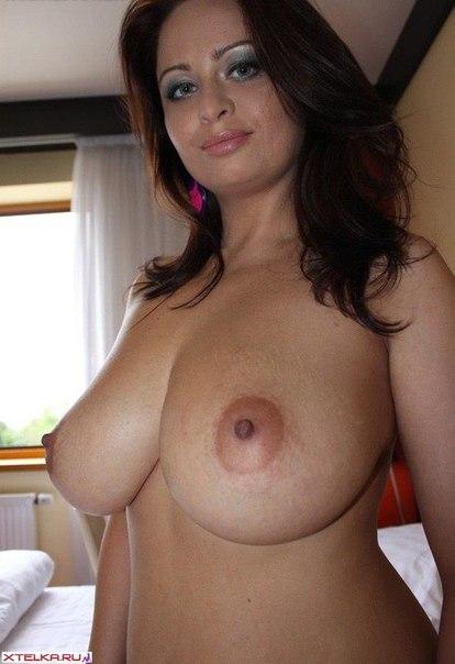 Женщина лежит топлес на кровати гостиничного номера секс фото и порно фото