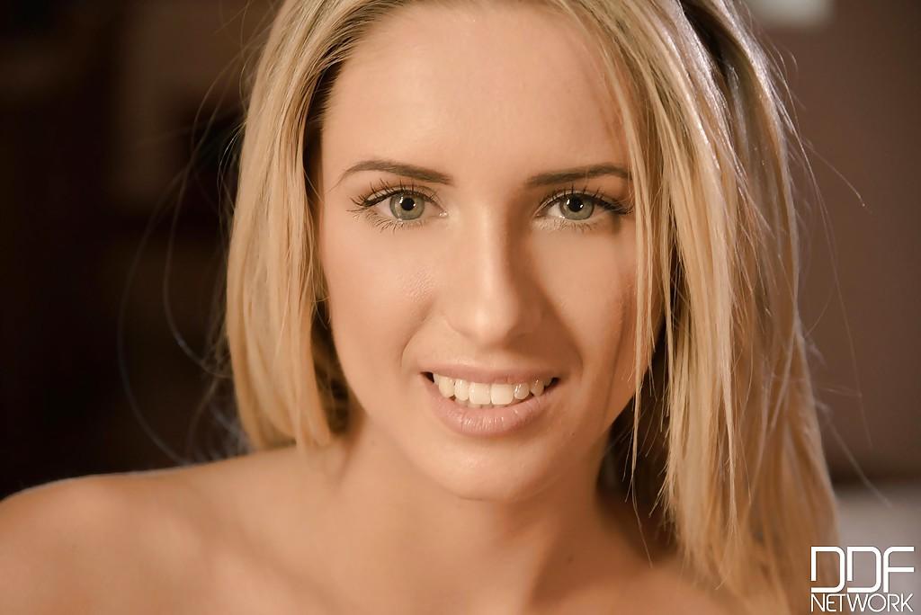 Стройная блондинка раздевается на кровати секс фото и порно фото