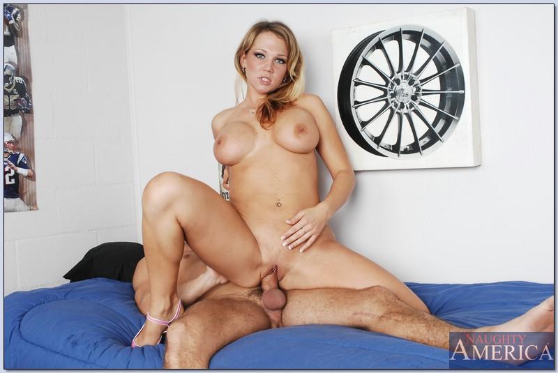 Nikki Sexx соблазняет студента в комнате общаги секс фото и порно фото