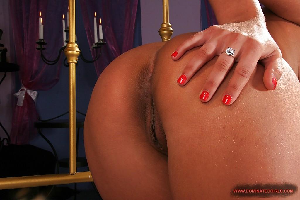 Русская красотка позирует голышом на кровати с бусами в руках секс фото и порно фото